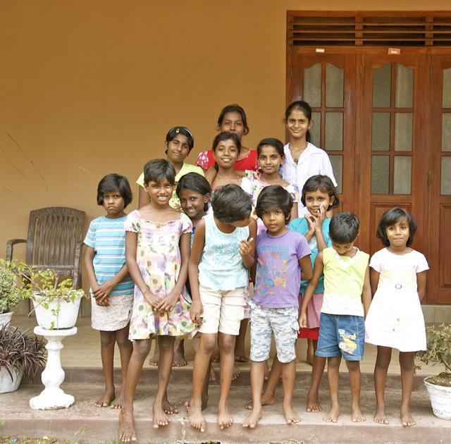2 Bezoek  weeshuizen-g